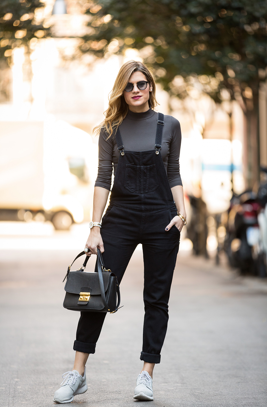 street-style-Barcelona_black-jumpsuit-with-sneakers_mono-negro-con-deportivas