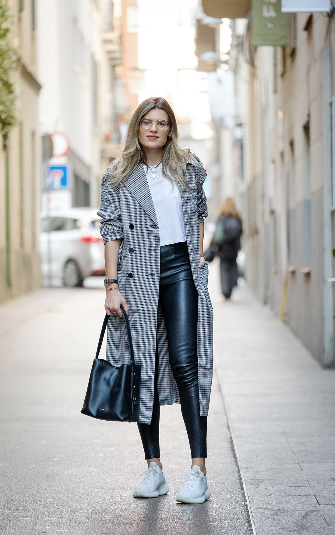 look con leggings de cuero y trench coat pata de gallo con joyas tous